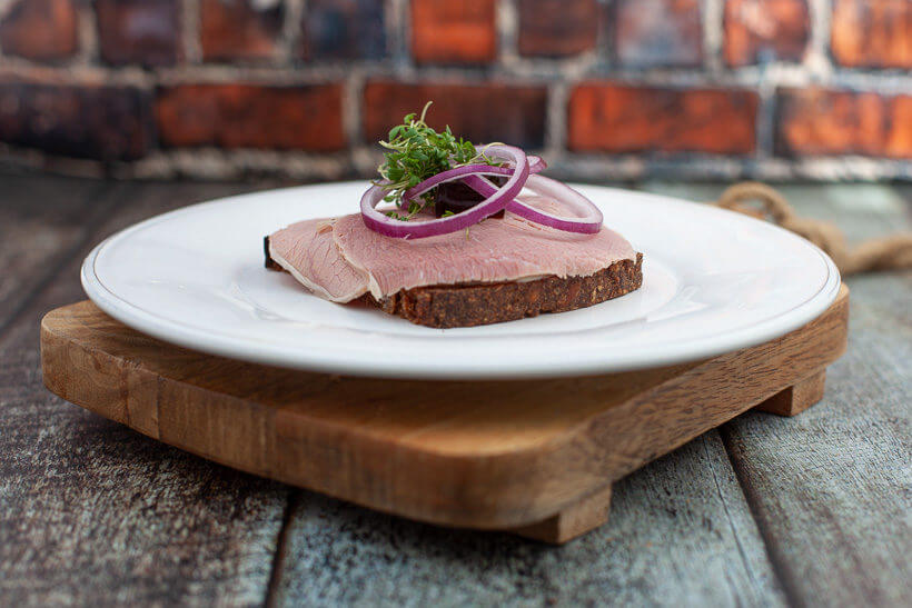 The vetenarian's midnight snack - Liver pâté and corned beef on rye bread with raw onions and meat jelly